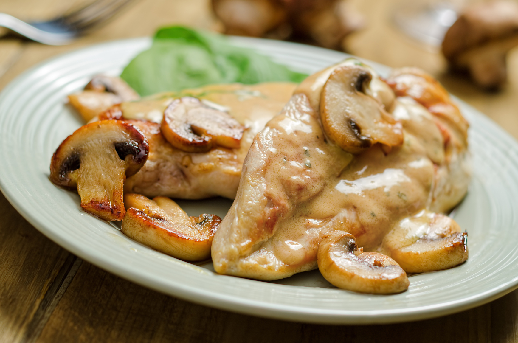 Grilled chicken with white mushroom sauce letitwine for Cuisiner a la plancha