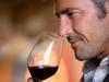 ragazzo degusta un bicchiere di vino rosso