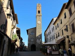 1280px-Montalcino,_piazza_del_popolo_e_palazzo_dei_priori