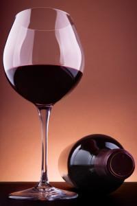 calice di vino rosso e bottiglia