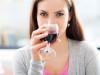 una ragazza sta bevendo del vino rosso