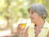 Una signora anziana degusta un vino bianco