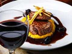 calice di vino rosso e filetto di manzo al nobile di montepulciano