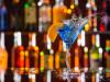 cocktail servito sul bancone del bar