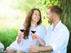 ragazza e ragazzo che bevono del vino rosso