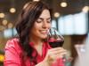 Giovane ragazza degusta vino rosso