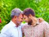 Padre e figlio si abbracciano affettuosamente