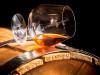Bicchiere di cognac su botte di vino